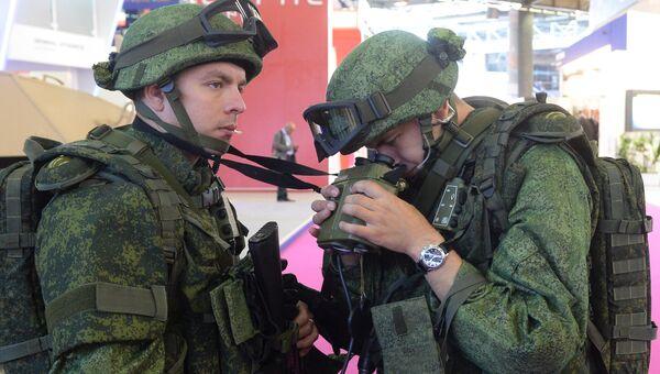 Солдаты у стенда ЦНИИточмаш на выставке Eurosatory 2014. Архивное фото