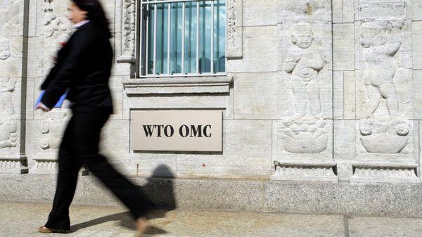 Женщина проходит возле здания ВТО в Женеве. Архивное фото