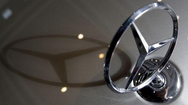 Эмблема Mercedes Benz. Архивное фото