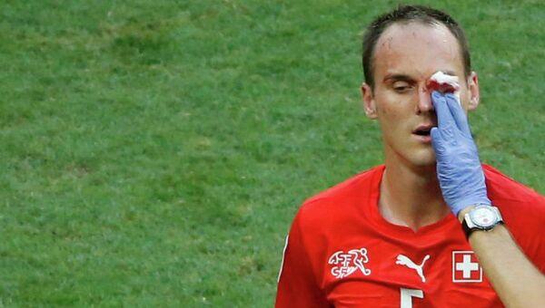 Футболист сборной Швейцарии по футболу Стив фон Берген, получивший травму в матче с командой Франции