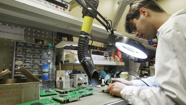 Сотрудник сборочного цеха завода вертолетных двигателей. Архивное фото