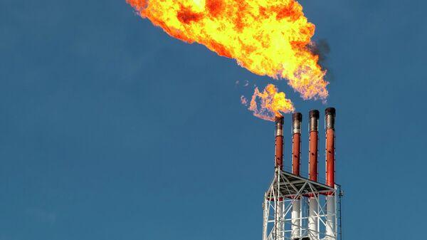 Факельная система на территории завода по производству сжиженного природного газа. Архивное фото