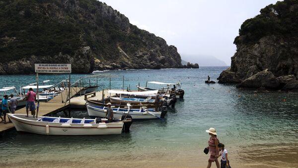 Туристы на пляже Адриатического моря на греческом острове Корфу. Архивное фото