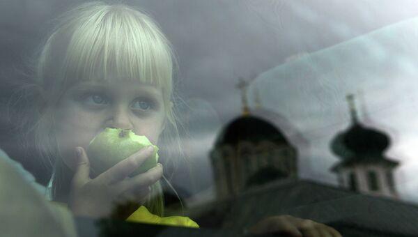Отправка беженцев с детьми из Славянска в Россию, архивное фото