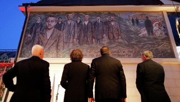 Люди смотрят на фреску, на которой изображен Гаврило Принцип, который убил эрцгерцога Франца Фердинанда в 1914 году. Вишеград