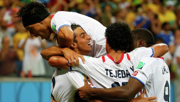 Команда Коста-Рики празднует победу над греками в 1/8 финала ЧМ-2014