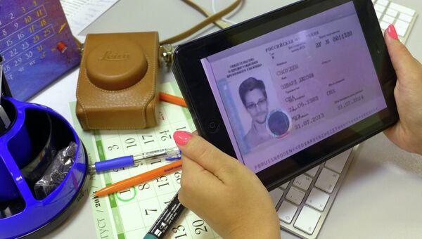 Фото Эдварда Сноудена на мониторе. Архивное фото