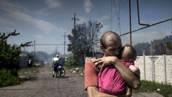 Местные жители в станице Луганская, подвергшейся авиационному удару вооруженных сил Украины