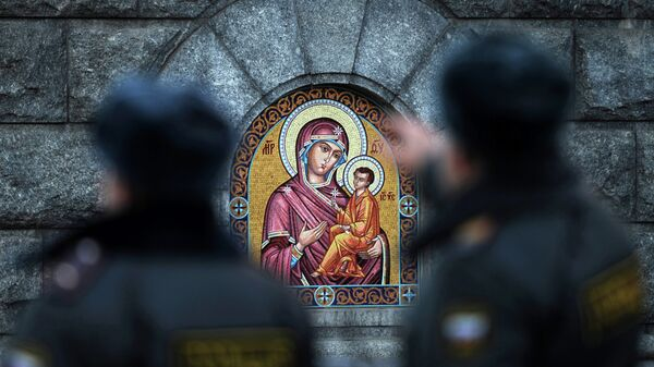 Сотрудники полиции у Храма Христа Спасителя