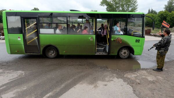 Рейсовый автобус на блокпосту на окраине Луганска. Архивное фото