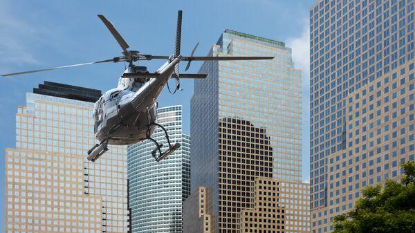 Вертолет пролетает над Нью-Йорком. Архивное фото