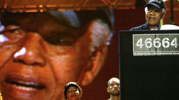 Нельсон Мандела зачитывает речь в поддержку своего благотворительного марафона по по борьбе со СПИДом. Архив