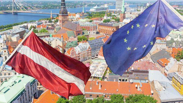 Флаги Латвии и ЕС на фоне Риги, архивное фото