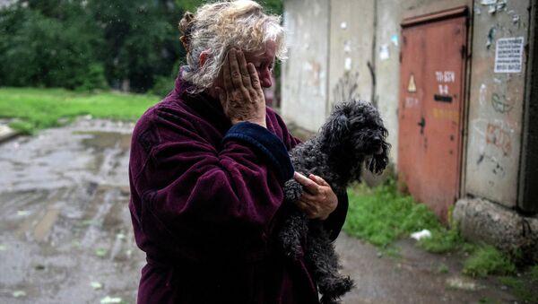 Жительница Луганска после минометного обстрела украинскими силовиками города