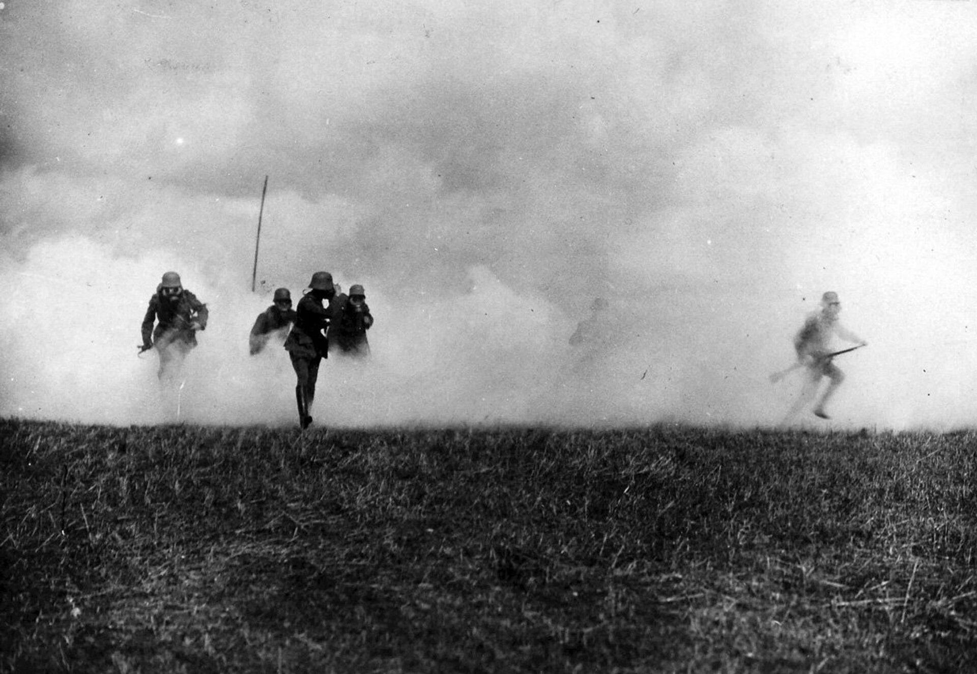 Немецкие солдаты во время газовой атаки - РИА Новости, 1920, 11.07.2021