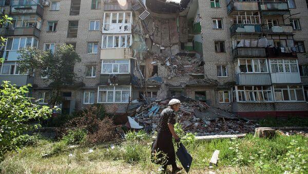 Пострадавший от обстрелов украинскими военными дом в Славянске. Архивное фото.