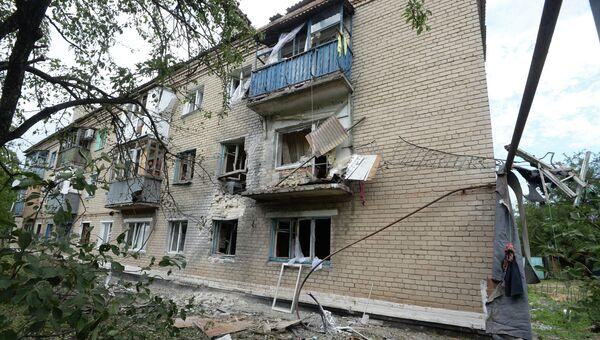 Разрушения в жилом многоквартирном доме, пострадавшем во время артиллерийского обстрела украинскими силовиками города Марьинки под Донецком. Архивное фото