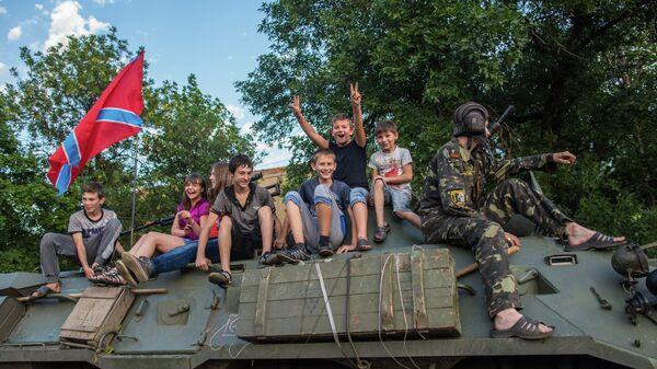 Дети с ополченцами в городе Снежное. Архивное фото