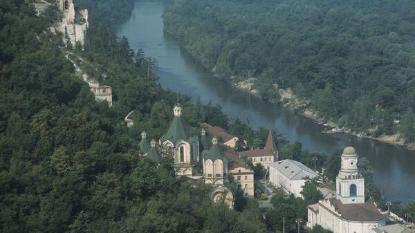 Вид на долину реки Северный Донец и монастырь