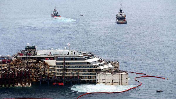 Работы по подготовке к перемещению в порт Генуи пассажирского лайнера Costa Concordia. Архивное фото