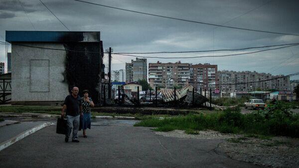 Последствия артиллерийского обстрела в Луганске. Архивное фото