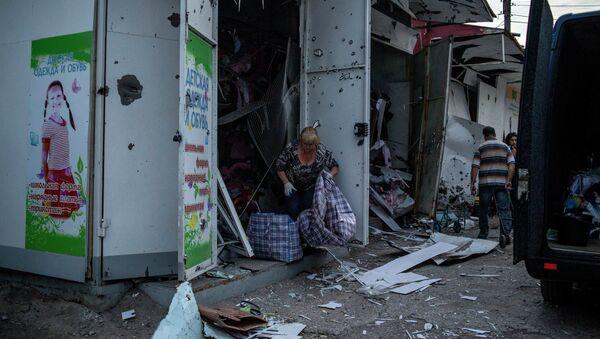 Рынок после артиллерийского обстрела в Луганске