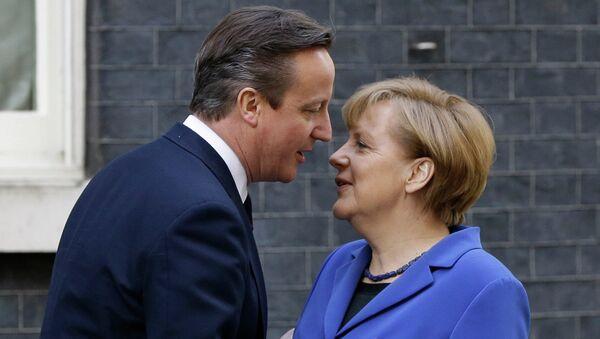 Премьер-министр Великобритании Дэвид Кэмерон приветствует канцлера Германии Ангелу Меркель. Архивное фото