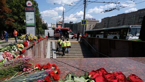 Цветы у входа на станцию метро в Москве, где произошло ЧП
