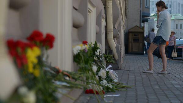 Цветы у посольства Нидерландов в Москве в память о погибших пассажирах и членах экипажа лайнера Boeing 777 Малазийских авиалиний
