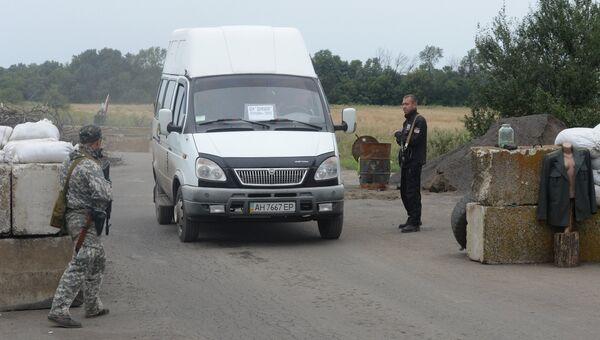 Бойцы ополчения на блок-посту в поселке Чернухино Луганской области. Архивное фото