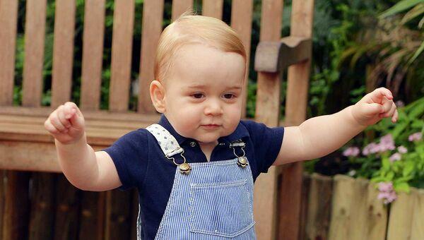 Официальный фотопортрет принца Джорджа по случаю его первого дня рождения