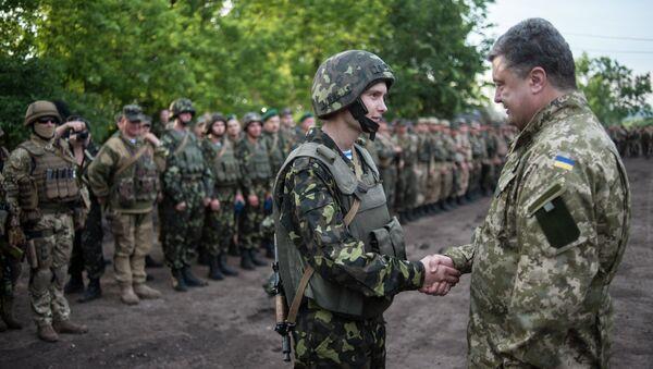 Петр Порошенко с военнослужащими украинской армии. Архивное фото