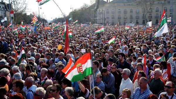 Сторонники партий Фидес во время митинга на площади Героев в Будапеште