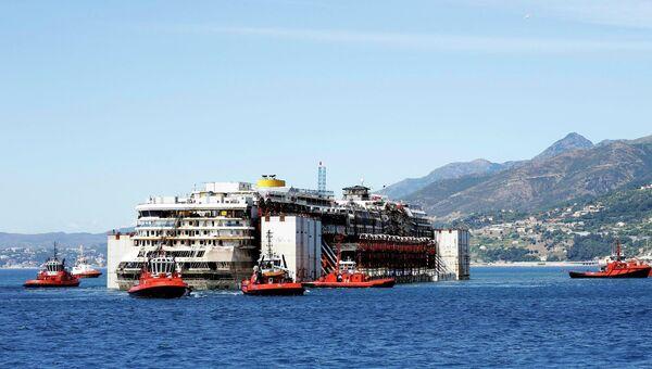 Costa Concordia направляется в порт Генуи