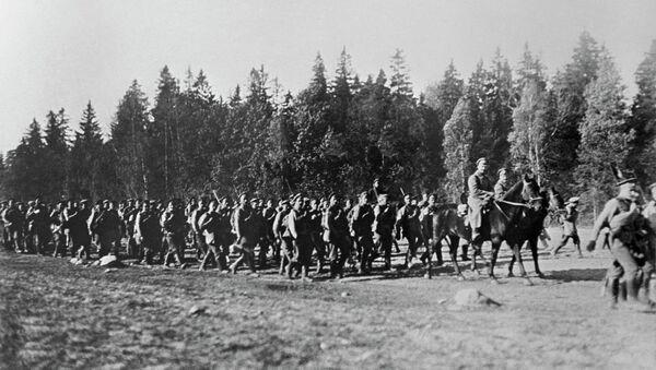 Одна из частей русских войск направляется к линии фронта