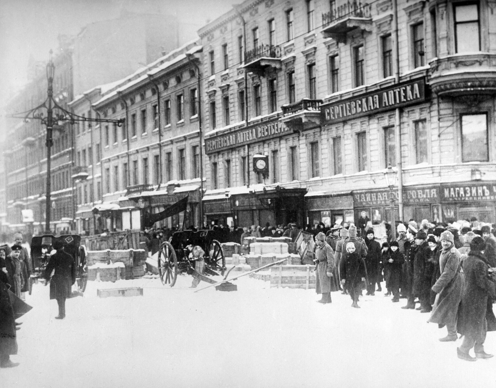 Баррикады на Литейном проспекте в Петрограде - РИА Новости, 1920, 27.08.2021