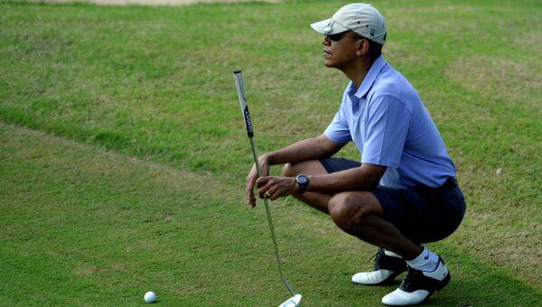 Президент США Барак Обама во время игры в гольф. Архивное фото