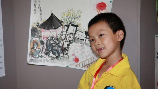 Китайский школьник в Москве на выставке детского рисунка