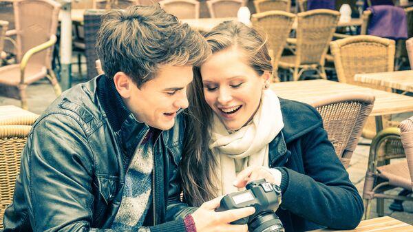 Молодая пара с фотоаппаратом