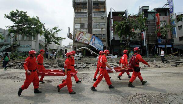 Команда спасателей на улице города Гаосюн, Тайвань