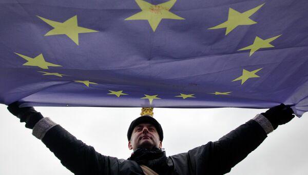 Мужчина держит флаг Евросоюза