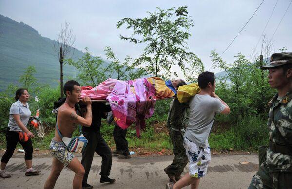 Эвакуация раненого в результате землетрясения в городе Лунтушань, провинция Юньнань, Китай