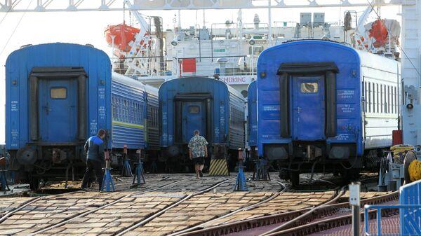 Разгрузка парома с вагонами поезда Симферополь - Москва на Керченской паромной переправе