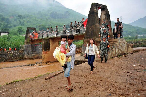 Эвакуация пострадавших в результате землетрясения в городе Лунтушань, провинция Юньнань, Китай
