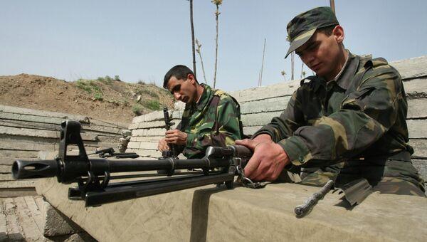 Военнослужащие армии Нагорного Карабаха чистят оружие после несения боевого дежурства. Архивное фото