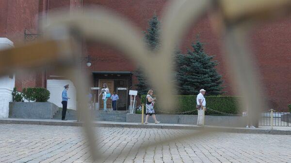 Посетители у прохода рядом с воротами Спасской башни на територию Московского Кремля