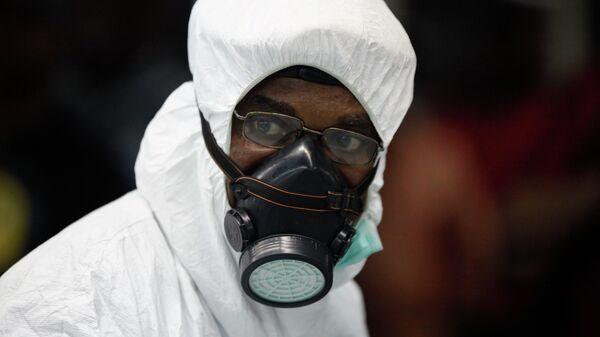 Нигерийский медик в защитном костюме в аэропорту Лагоса. Архивное фото