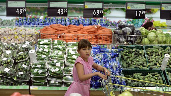 Девочка в овощном отделе гипермаркета. Архивное фото
