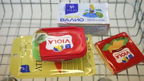 Плавленный сыр Виола марки Валио на прилавке в магазине. Архивное фото.