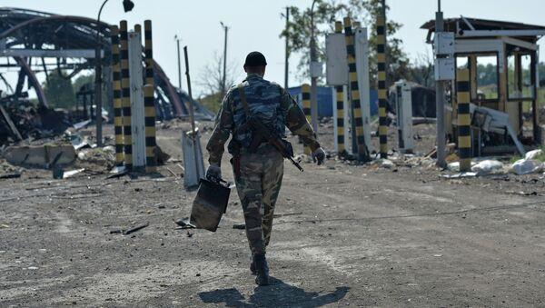 Ополченец Луганской народной республики на КПП Должанский. Архивное фото
